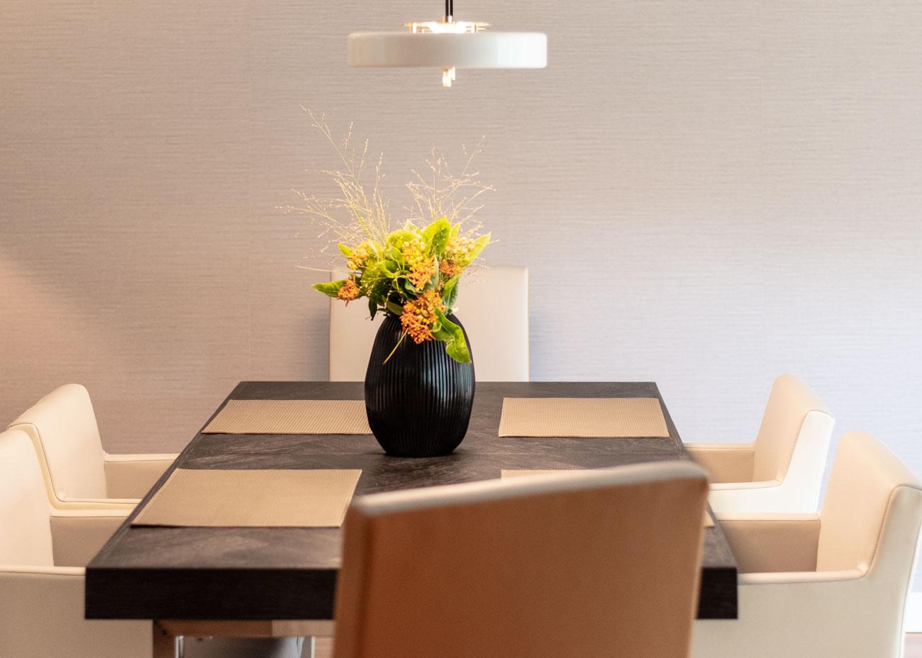 haus renovieren ideen essbereich tisch schwarz stühle weiss vase mit blumen tapete wand