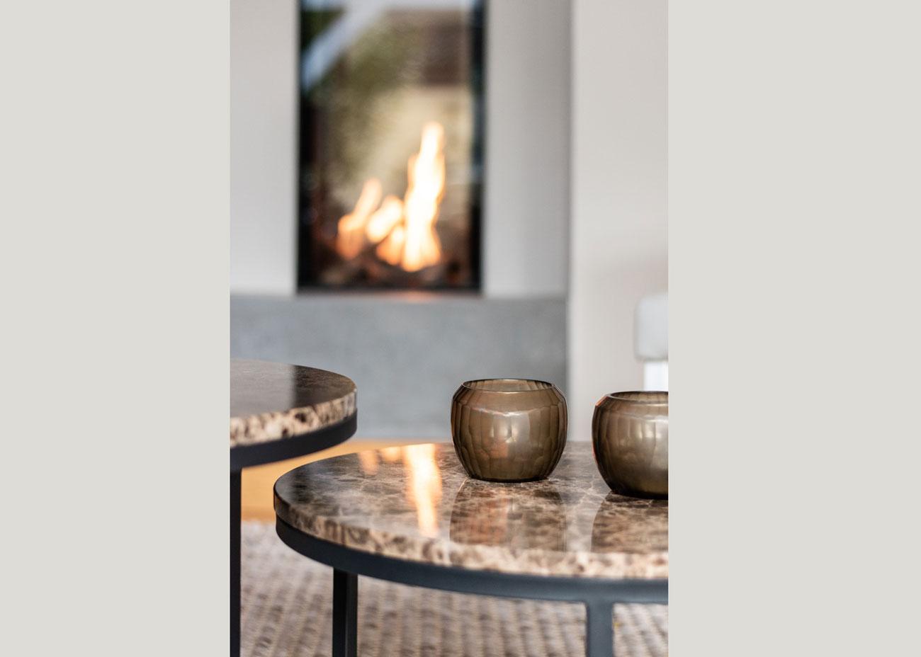 haus renovieren ideen wohnzimmer kamin feuer marmor tisch grau glas