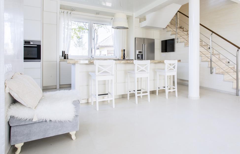 Wohnstile skandinavisch hygge küche weiss barhocker landhaus treppe