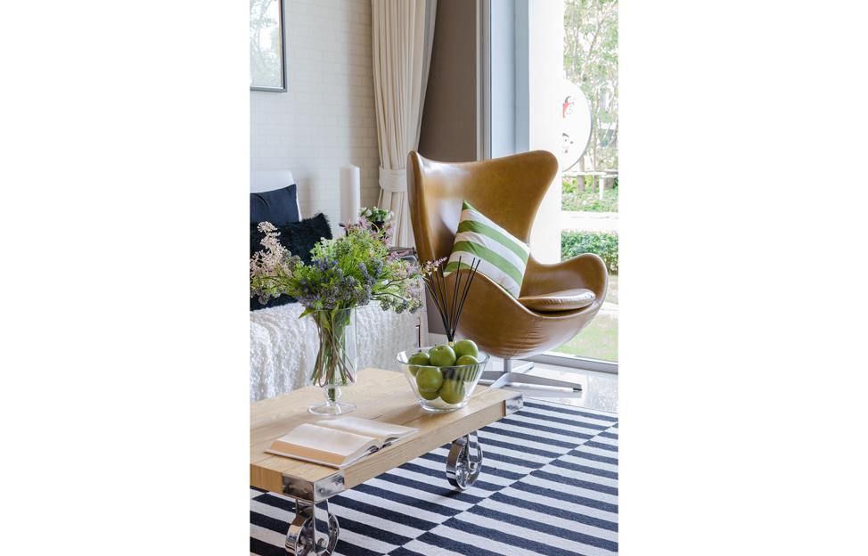 Wohnstile skandinavisch hygge wohnzimmer weiss egg sessel leder teppich gestreift