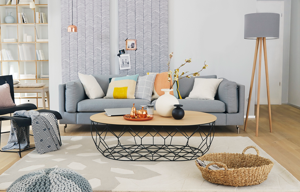 Wohnstile skandinavisch hygge wohnzimmer grau teppich tapete leuchte couch grau