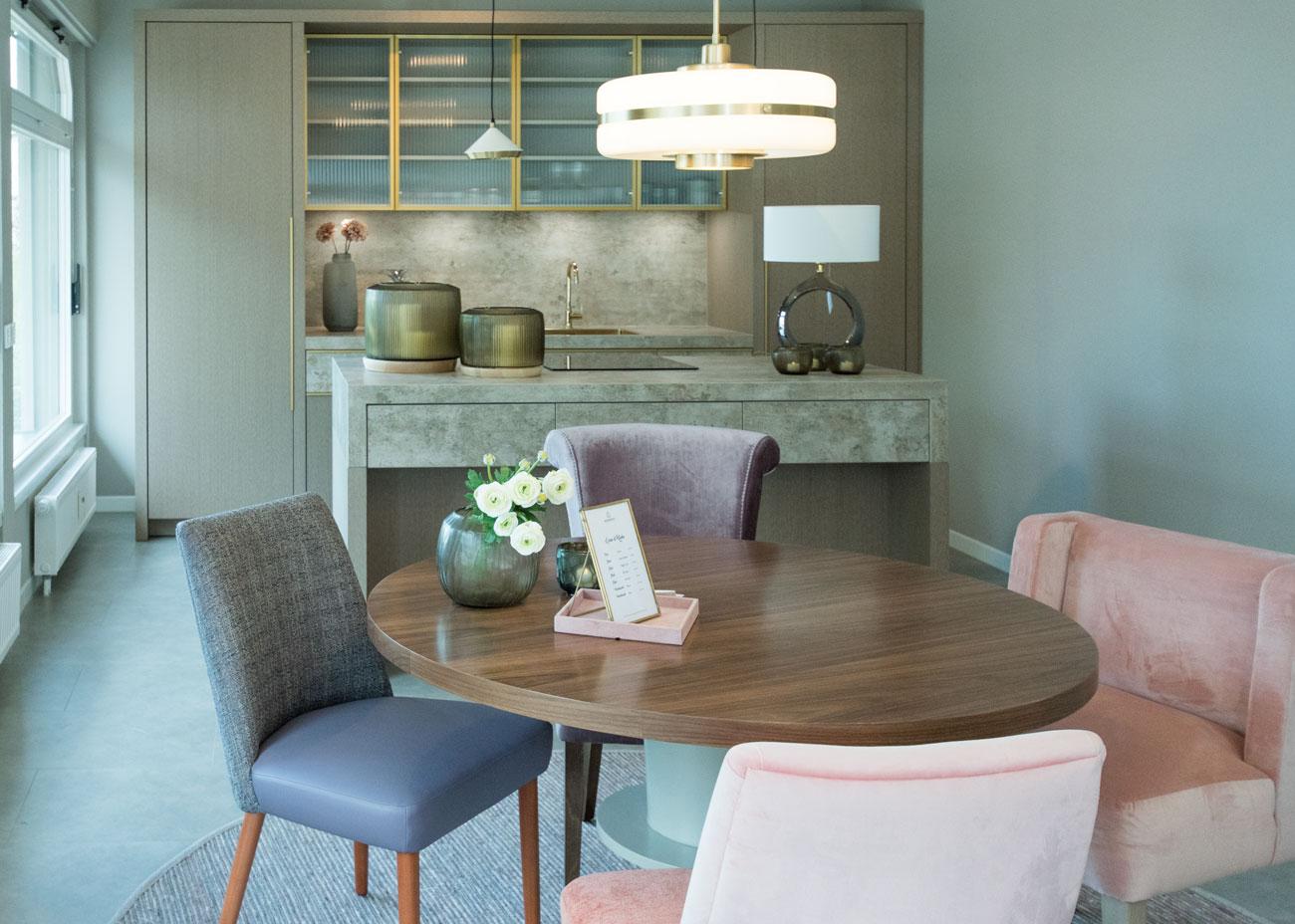 Ausstellungskonzept essbereich küche keramikplatte gold griffe tisch stühle