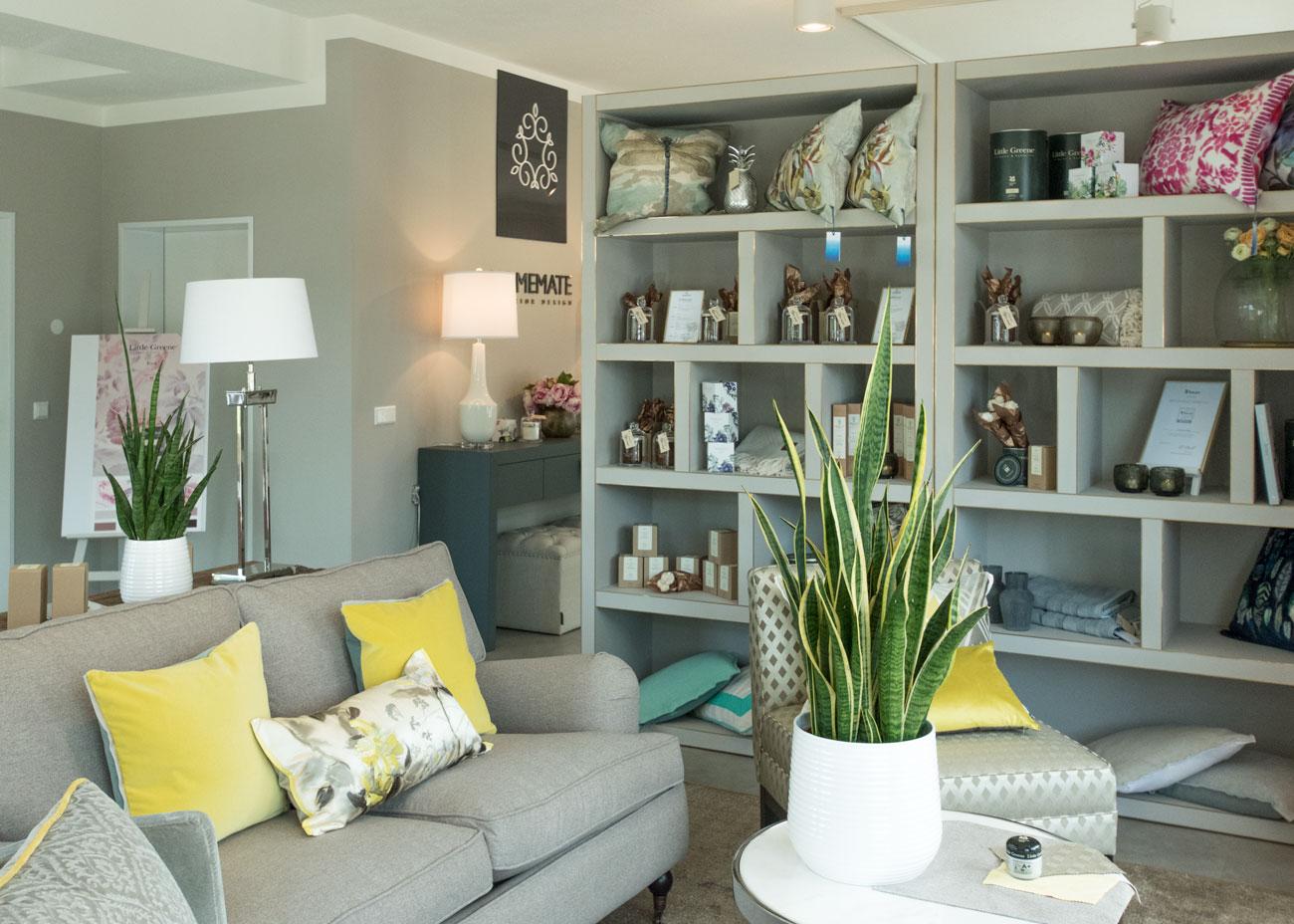 Ausstellungskonzept wohnbereich couch regal leuchten kissen