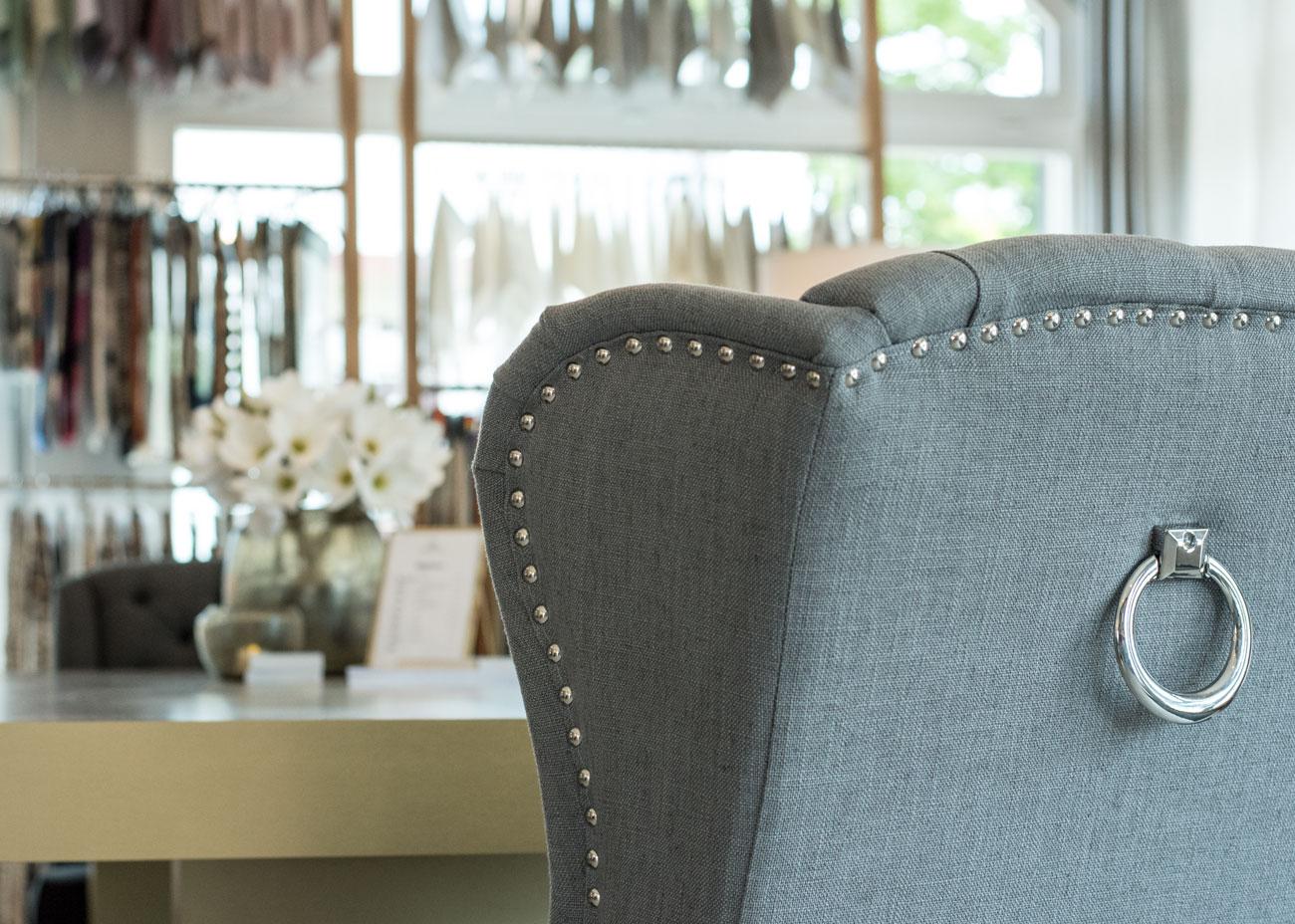 Ausstellungskonzept stoffe textilmuster sessel frau mit nieten und griff silber
