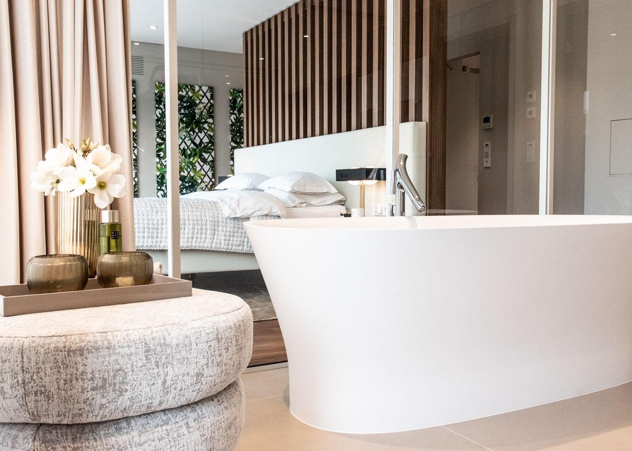 haus einrichten schlafzimmer nachttisch leuchte trennwand badewanne