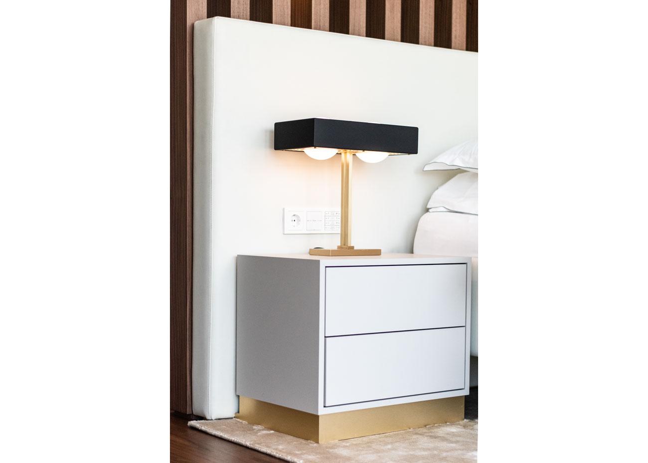 haus einrichten schlafzimmer nachttisch leuchte schwarz messing kissen