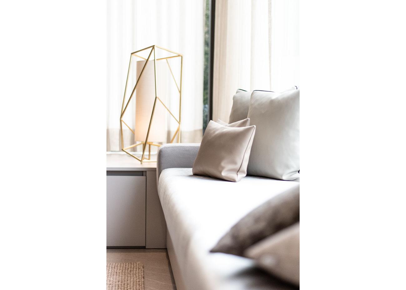 haus einrichten wohnen couch kissen grau leuchte messing