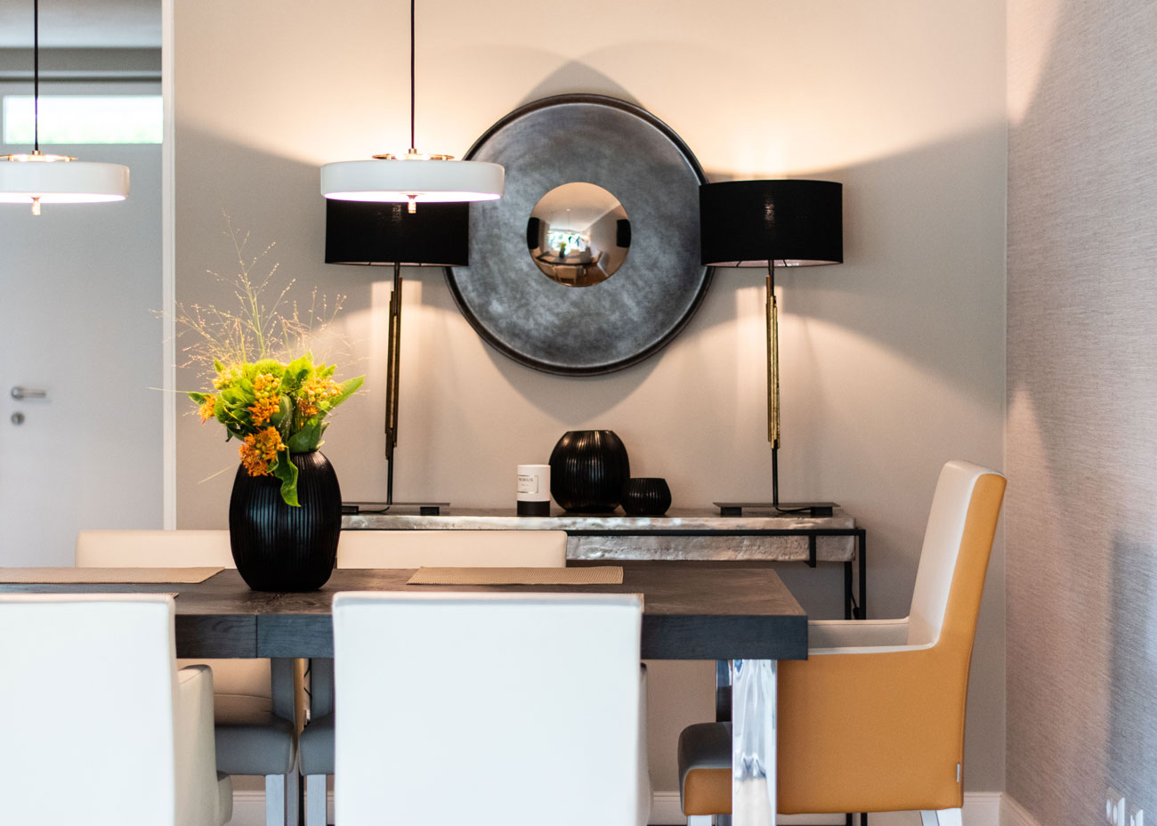 haus renovieren ideen terrasse esszimmer tisch stühle konsole leuchten spiegel vase blumen