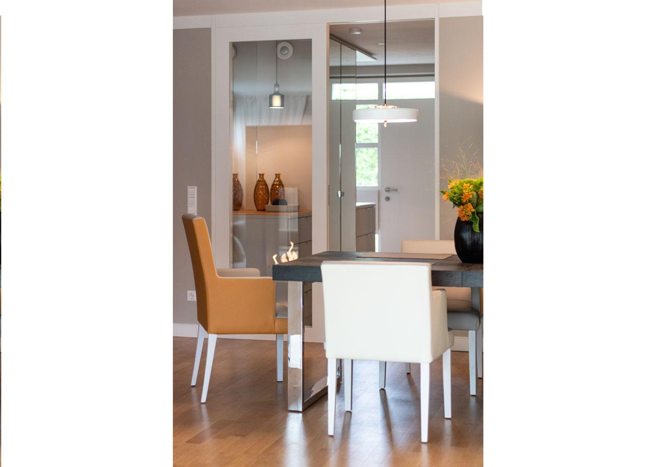 haus renovieren ideen essbereich tisch stühle oker glastür flur leuchte