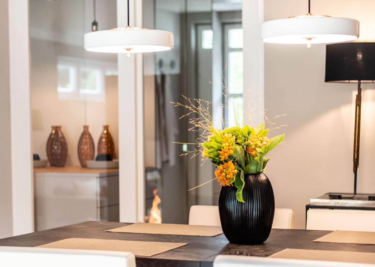 haus renovieren ideen esszimmer konsole mit leuchten schwarz glastür weiss