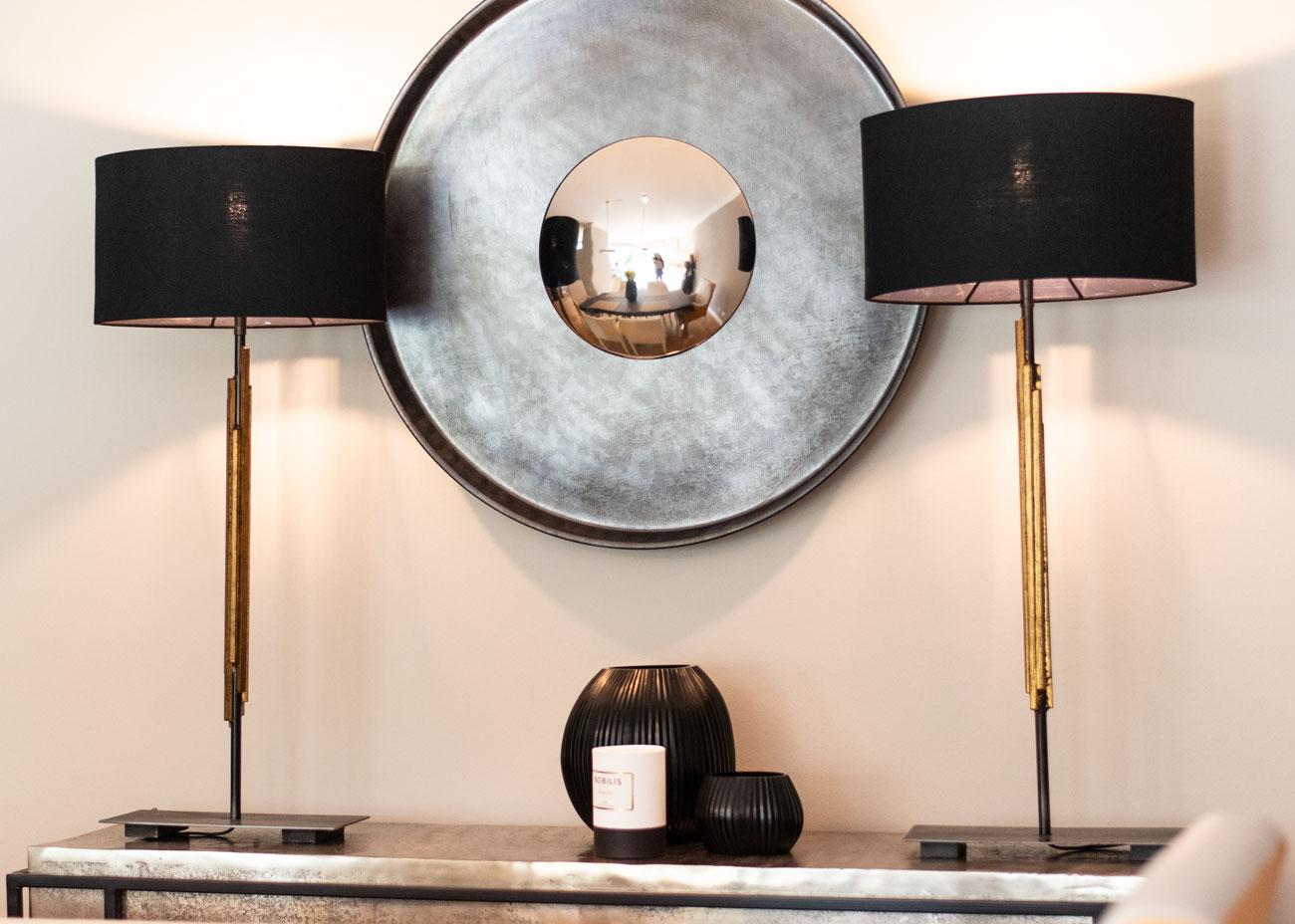 haus renovieren ideen konsole mit leuchten schwarz und spiegel vase