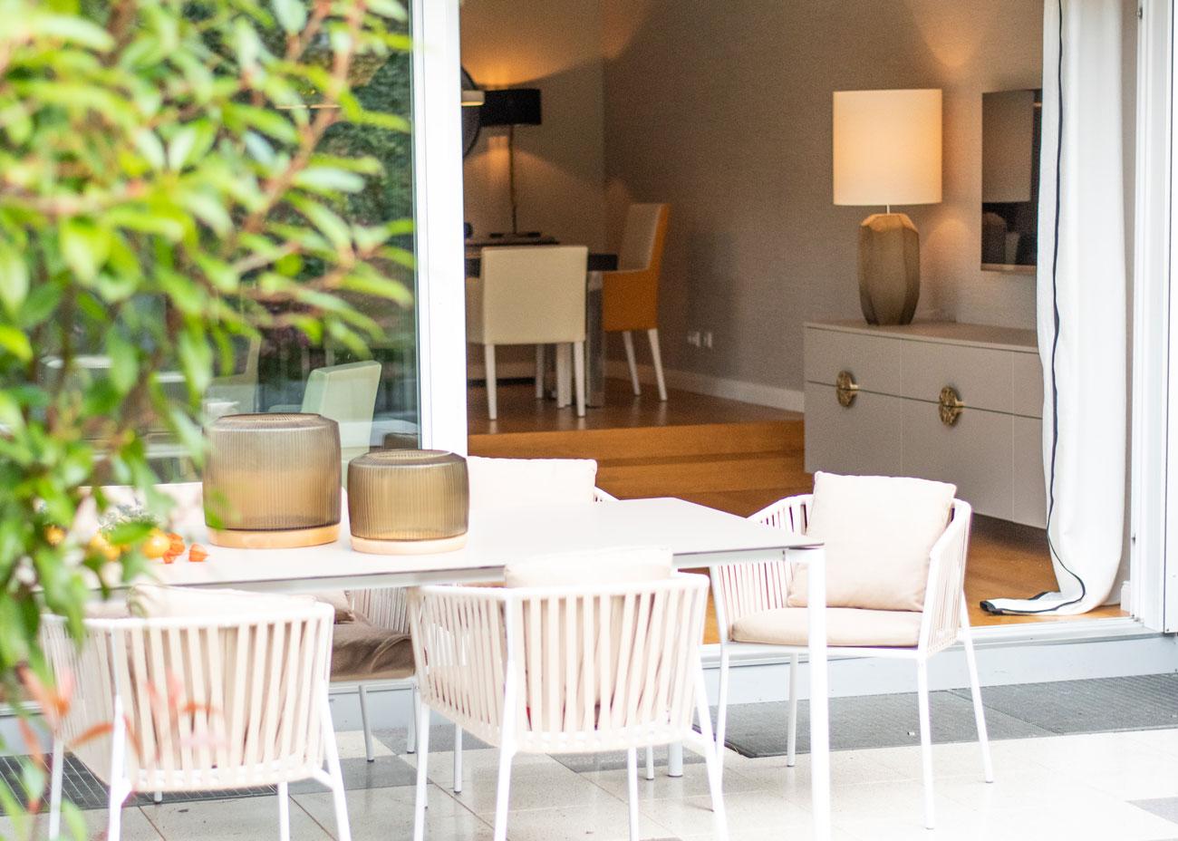 haus renovieren ideen terrasse esszimmer tisch stühle kommode leuchte vorhang weiss