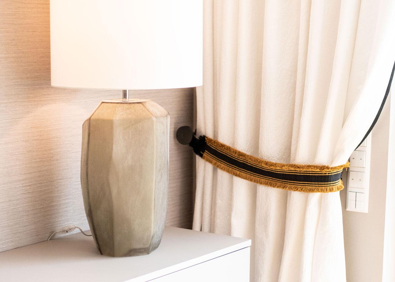 haus renovieren ideen wohnzimmer kommode vorhang leuchte glas raffhalter
