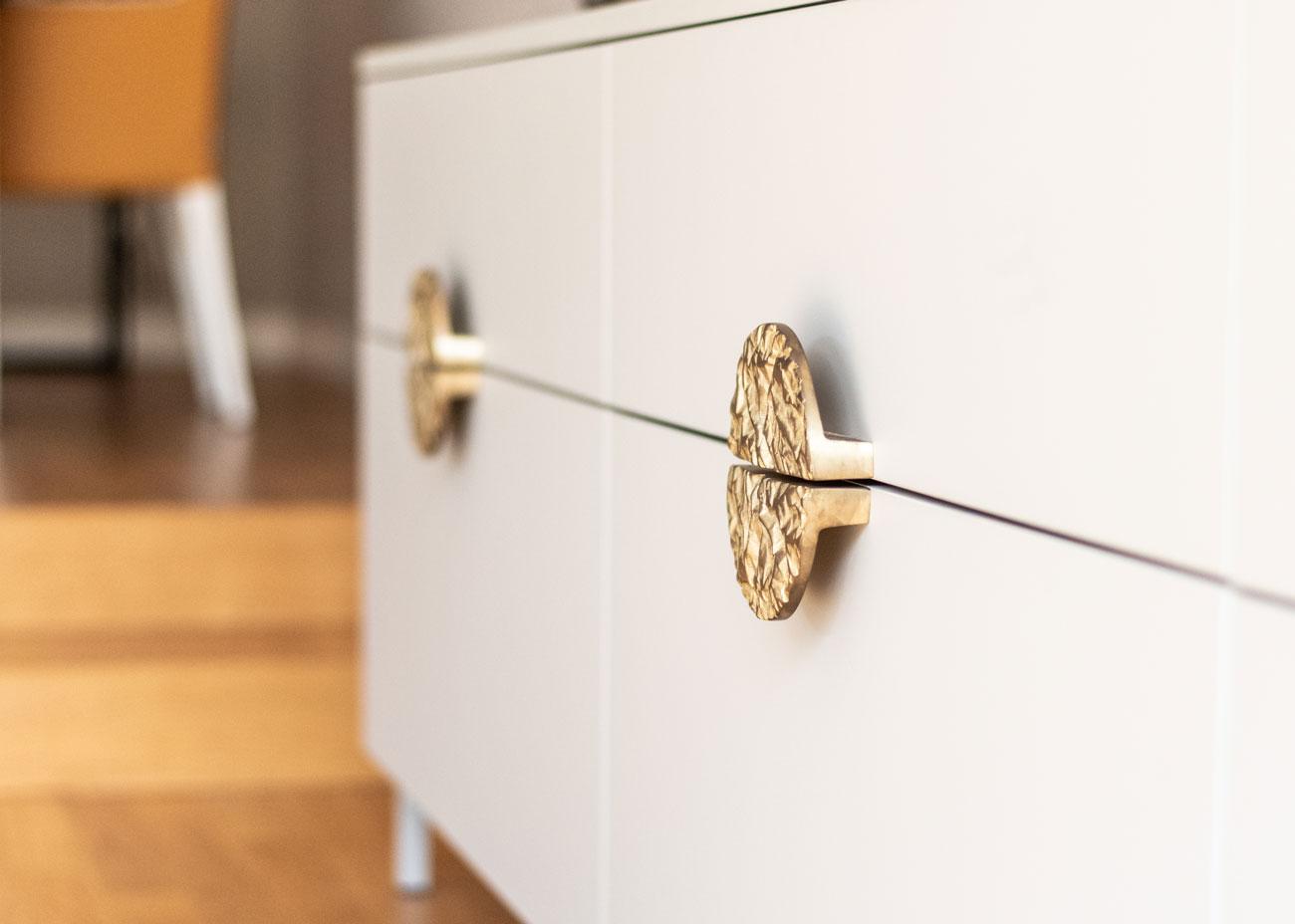 haus renovieren ideen wohnzimmer kommode grau griffe messing