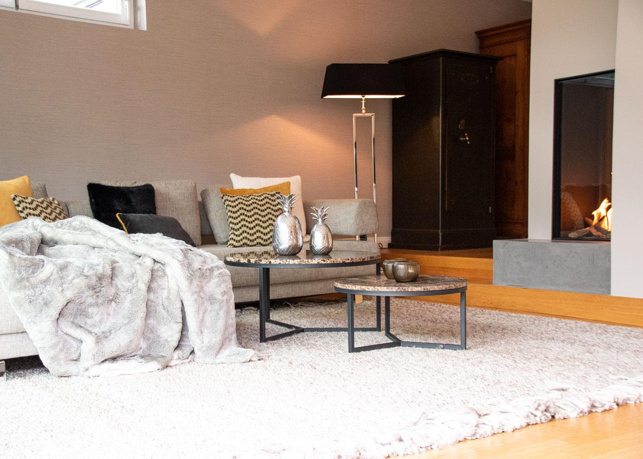 haus renovieren ideen wohnzimmer couch kissen vkamin leuchte teppich taupe