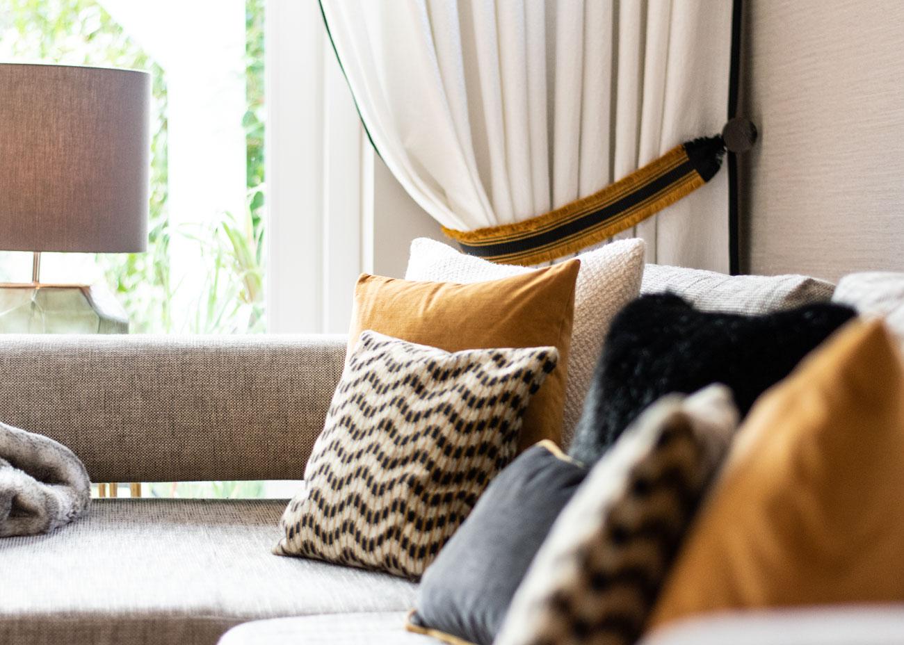 Wohnkonzepte Couch mit kissen vorhang und leuchte