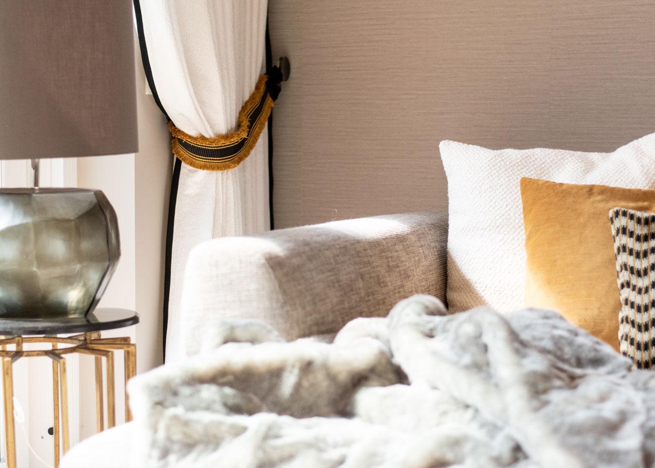haus renovieren ideen wohnzimmer couch kisseb vorhang weiss und leuchte glas