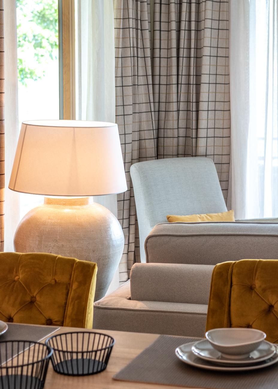 Esszimmer gelbe Stühle Senfgelbe Stühle Tischleuchte Vorhang Inneneinrichtung Ideen Einrichtungsideen Kundenprojekt Einrichtungskonzept Interior Design Räume planen