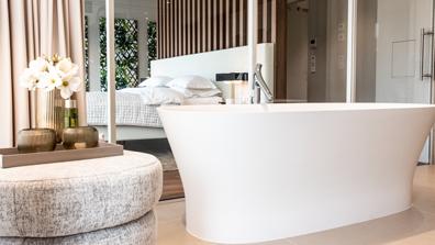 Interior Design holzwand schlafzimmer bett badewanne hocker