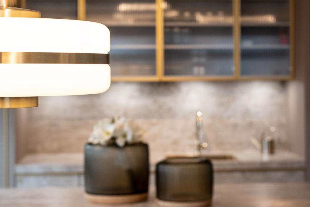 Showroom Einrichtungskonzept Küche Vasen Leuchte Hängeleuchte