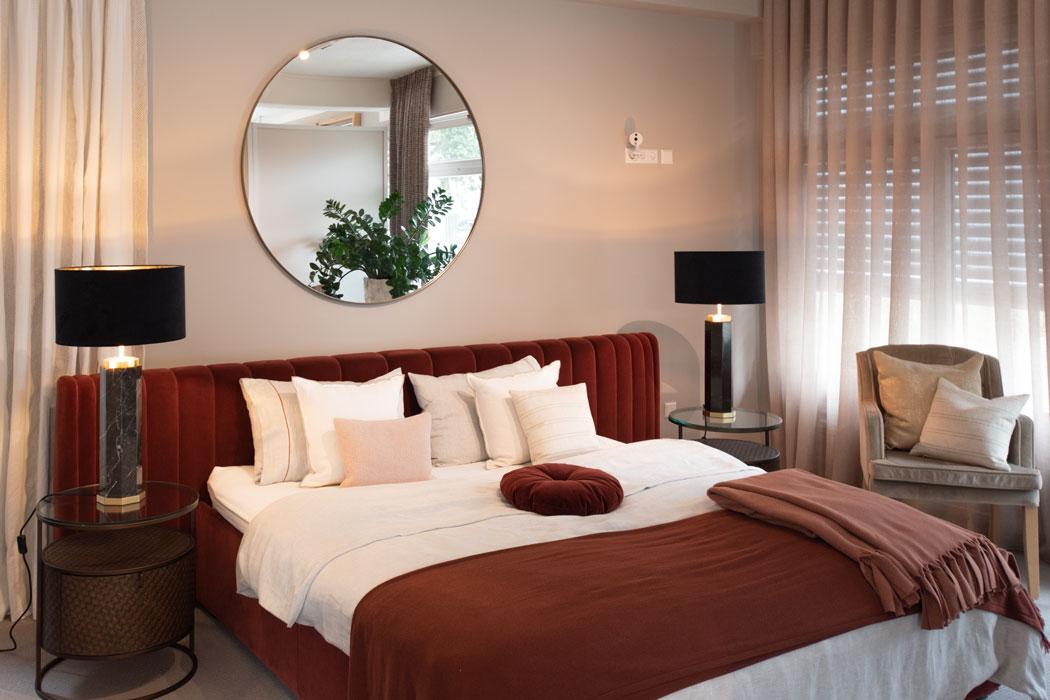 Showroom Einrichtungskonzept Schlafen Kissendekoration auf Bett runde Nachttische schwarze Tischleuchten