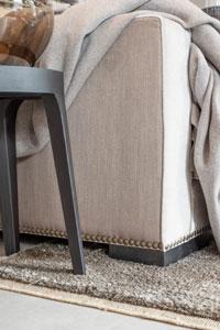 Showroom Einrichtungskonzept Wohnzimmer Kissendekoration auf Sofa Beistelltisch Tagesdecke